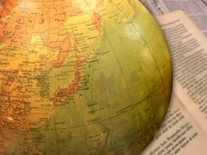 洋書と地球儀